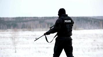 garde de police avec équipement complet allant à l'incident criminel hd 4k video