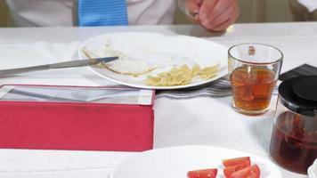 femme avec un chien dans la cuisine à la table petit déjeuner amitié de l'homme et de l'animal de compagnie video