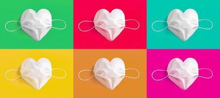 Mascarilla quirúrgica en forma de corazón sobre fondo de colores foto
