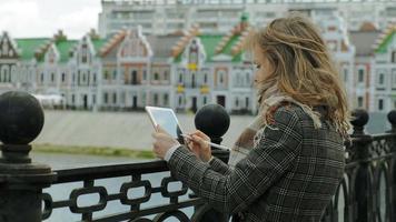 vrouw gebruikt tablet buitenshuis  video