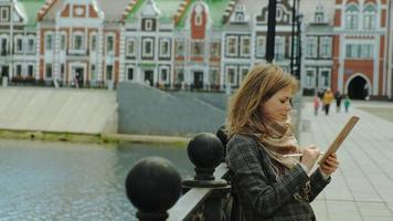 vrouw gebruikt tablet buitenshuis in de lente video