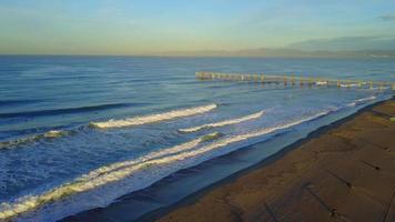 vista aérea do uav do drone de uma quadra de vôlei na praia e no mar. video