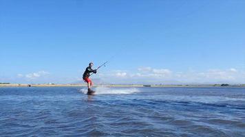 en man kiteboard och gör ett hopp trick på ett drakebräde. video
