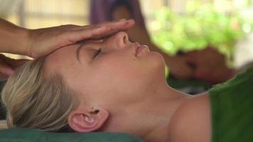 Detalle de una mujer recibiendo un masaje en un balneario. video