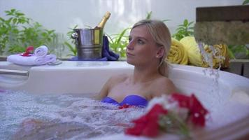 en kvinna som badar i en bubbelpool i bubbelpoolen. video