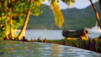een zwembad van een hotelresort op een schilderachtig tropisch eiland in Fiji. video