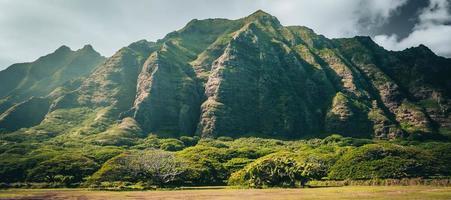 cordillera por el famoso rancho de kualoa en oahu, hawai, su paisaje apareció en jurassic park foto
