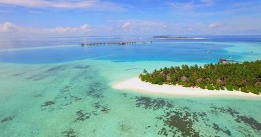 vista aérea do drone de um hotel resort panorâmico em uma ilha tropical nas Maldivas. video