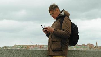 l'homme contrôle le drone à l'extérieur video