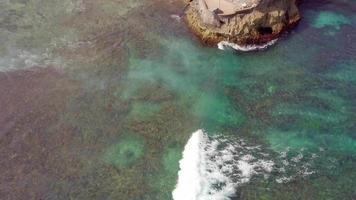 vista aérea do drone da praia em mahana point, bali, na Indonésia. video