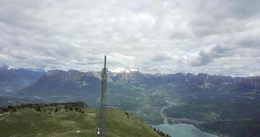 vue aérienne du drone de la tour cellulaire de l'antenne radio au sommet d'une colline. video