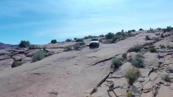 vue aérienne par drone d'un véhicule 4x4 conduisant hors route sur un chemin de terre à moab, utah. video