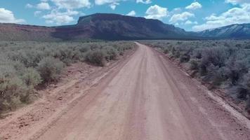 Luftdrohnenansicht einer 4x4-Offroad-Schotterstraße in der Nähe von Moab, Utah. video