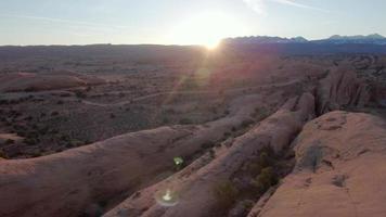 luftdrohnenansicht der malerischen roten felsenlandschaft bei sonnenuntergang in moab, utah. video