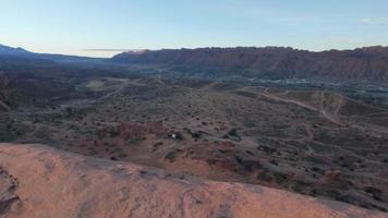 luftdrohne landschaftsansicht von rotem felsen bei sonnenuntergang in moab, utah. video