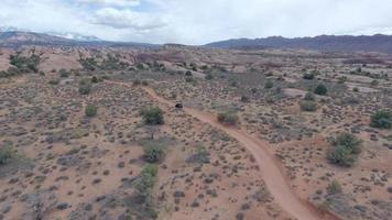 luftdrohnenansicht der malerischen roten felsenlandschaft in moab, utah. video