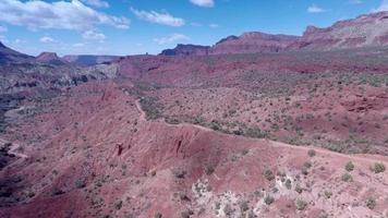 vista aérea de drone del pintoresco paisaje de roca roja en moab, utah. video