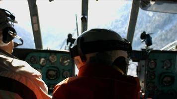 interno di una cabina di pilotaggio di elicottero che va a sciare sulle montagne. video