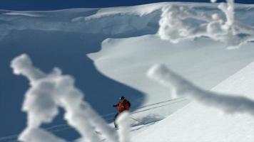 esquiadores de esquí en montañas cubiertas de nieve. video