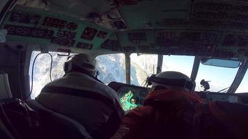 interior de una cabina de helicóptero yendo a esquiar montañas. video