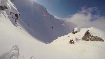 pov vista de esquiar en montañas cubiertas de nieve. video