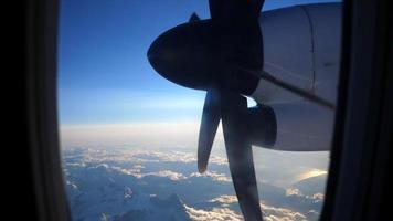 vista pela janela de um avião das hélices e montanhas. video