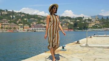 una donna che viaggia in una località turistica di lusso in italia, europa. video