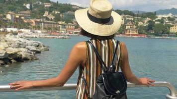 una donna che guarda il panorama viaggiando in una località turistica di lusso in italia, europa. video