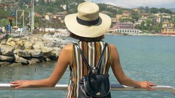 una mujer mirando la vista viajando en una ciudad turística de lujo en Italia, Europa. video