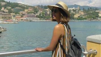 une femme voyageant dans une station balnéaire de luxe en italie, en europe. video