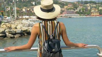 une femme regardant la vue voyageant dans une station balnéaire de luxe en italie, en europe. video