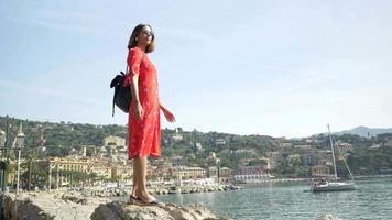 uma mulher olhando a vista viajando em uma cidade turística de luxo na itália, europa. video