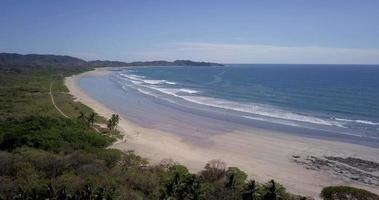 vue aérienne par drone de la plage, des rochers et des bassins de marée à guiones, nosara, costa rica. video