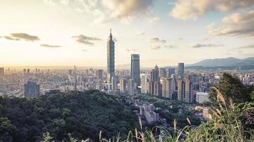 ciudad de taipei vista desde la colina al atardecer foto