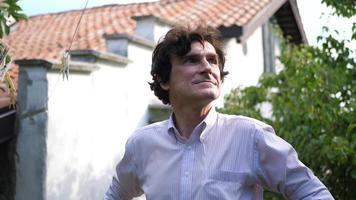 retrato de um professor professor aposentado em um jardim. video