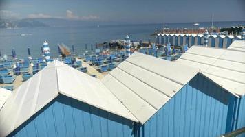 Cambio de cabañas en un resort de playa en el mar Mediterráneo. video