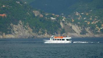 uma balsa, um barco-táxi, que leva os passageiros de volta a um navio de cruzeiro no mediterrâneo. video