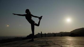 retrato, de, mujer, hacer, yoga, pose foto