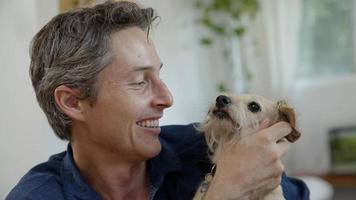 retrato, de, hombre, besar, perro mascota foto