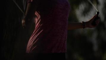 retrato, de, mujer madura, utilizar, saltar la cuerda foto