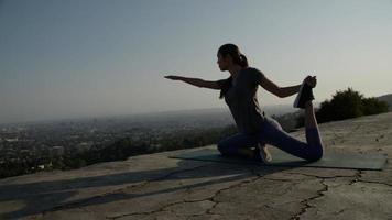 retrato, de, mujer, en, pose de yoga foto