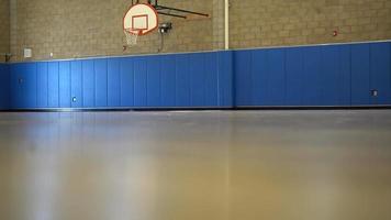 uma quadra de basquete coberta e vazia. video