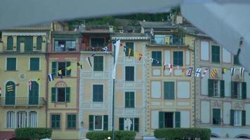 janelas, venezianas e bandeiras em portofino, itália, um resort turístico de luxo na europa. video