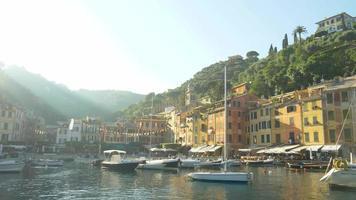 portofino, itália, uma cidade turística de destino turístico de luxo na europa. video