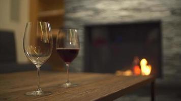 bicchieri di vino e un caminetto in un ristorante in un resort di lusso. video