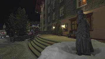 una pareja de hombres y mujeres entran en el restaurante de un hotel resort de lujo. video