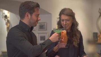 ein Mann und eine Frau, die Getränke an einer Bar in einem Restaurant trinken video