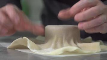 close-up de um chef preparando uma sobremesa jantando em um restaurante. video