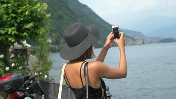 una mujer que viaja en una ciudad turística de lujo cerca del lago de como, italia, europa. video