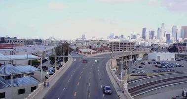 vue aérienne par drone des rues du centre-ville de los angeles, californie. video